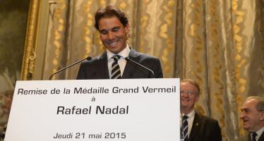 Rafael Nadal premiato dal sindaco di Parigi